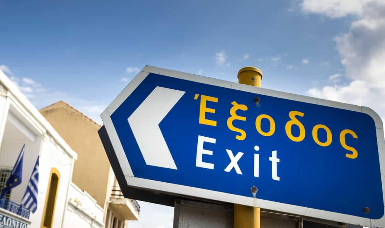Ein zweisprachiges Verkehrsschild in Griechenland.